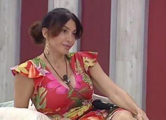 Carmen Di Pietro indossa un vestito a fiori
