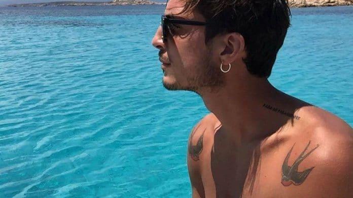 Oscar Branzani con gli occhiali da sole migliora l'abbronzatura in piscina