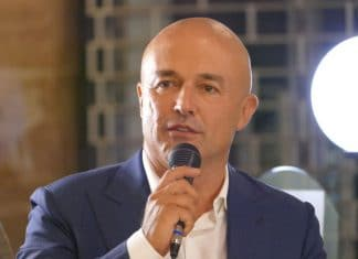 Gianluigi Nuzzi parla al microfono