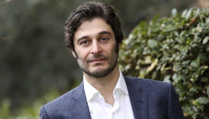 Lino Guanciale in giacca e camicia