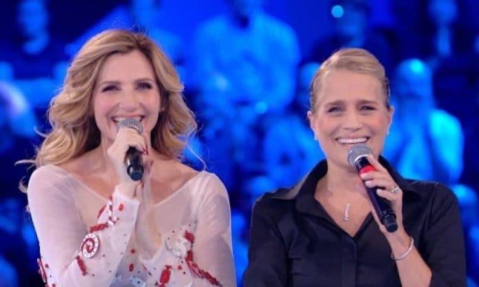 Lorella Cuccarini - Heather Parisi ridono col microfono in mano