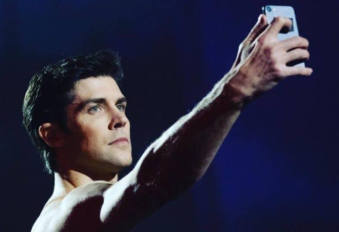 Roberto Bolle si scatta un selfie