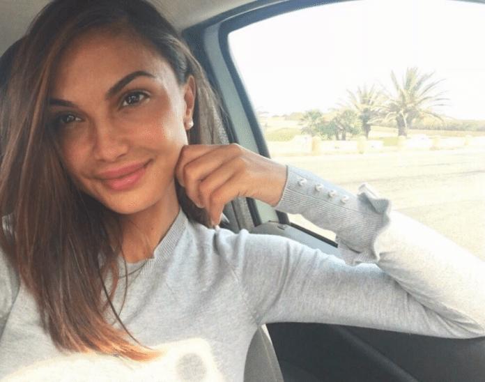 Valeria Bigella sorridente in auto con abito bianco