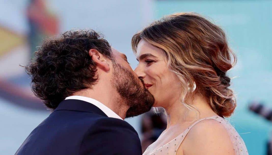 Eleonora Pedron e Fabio Troiano si baciano