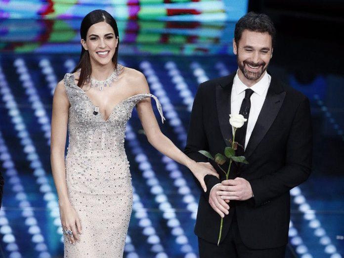 Rocio Munoz Morales e Raoul Bova sul palco con una rosa