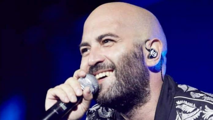 Giuliano Sangiorgi canta