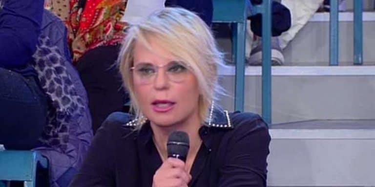 Scandalo Uomini e Donne, pizzicato a Budapest con una bionda: lei scoppia a piangere, Maria De Filippi interviene