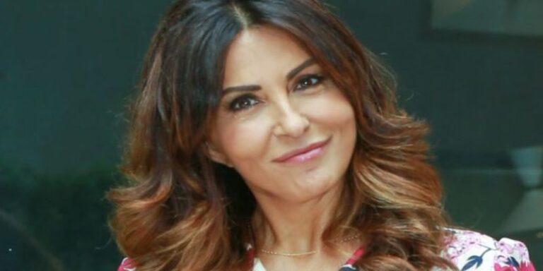 Sabrina Ferilli esplosiva: gambe aperte e seno in vista, lo scatto amarcord toglie il fiato