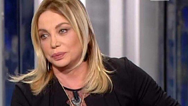 """Simona Izzo, """"ma come vivo con 1.000 euro di pensione?"""" Maurizio Costanzo: """"Fossi al posto suo…."""""""