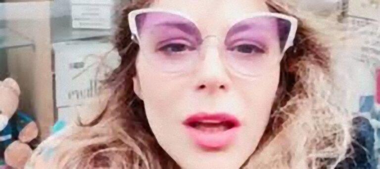 Naike Rivelli, la nuova provocazione: apre la bocca davanti ad un ombrello con pe*e in legno [FOTO E VIDEO]