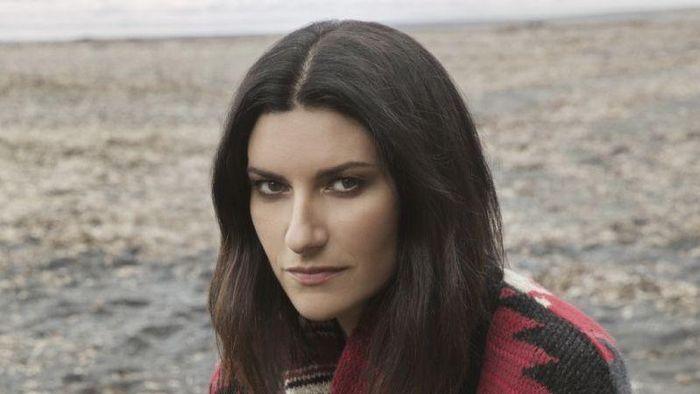 Laura Pausini irriconoscibile, il nuovo look lascia senza fiato: bionda, magra e… (Foto)