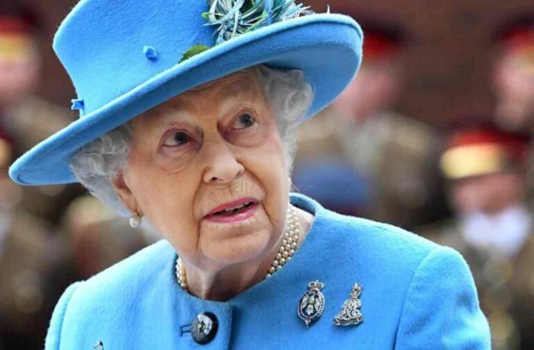 """Elisabetta II, le dichiarazioni di una donna: """"Ha i piedi dolci"""""""