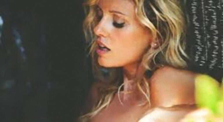 'Mi sanguina il naso…': Justine Mattera si spinge oltre, la gonna è troppo corta mostrando il lato B senza slip [FOTO]
