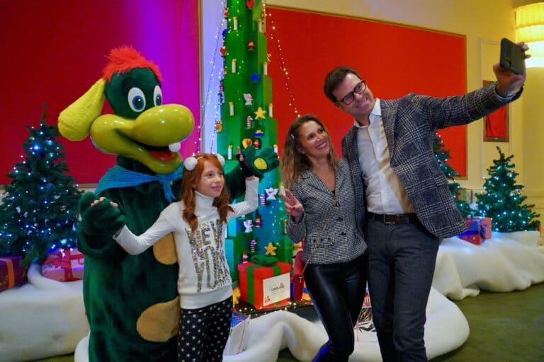 Inaugurata la nuova edizione di Gardaland Magic Winter, i bambini hanno allestito il grande albero di Natale