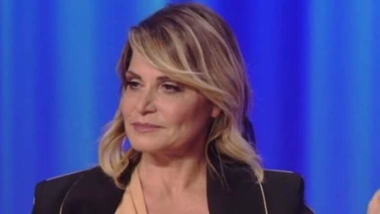Simona Ventura irriconoscibile, occhiaie e viso rovinato: la foto senza trucco fa il giro del web
