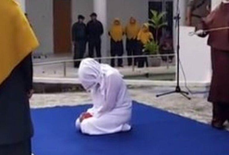 Ennesimo caso di violenza sulle donne in Indonesia, frustata in pubblico