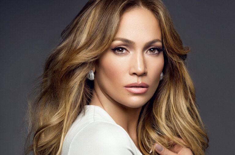 Jennifer Lopez, si allena in palestra beccata dal compagno in una posizione bollente (FOTO)