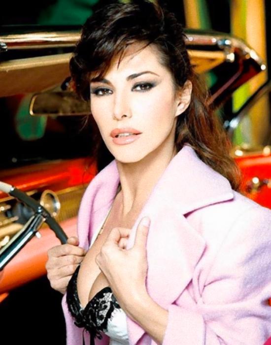 Emanuela Folliero atomica, il seno esplode sotto la giacca:
