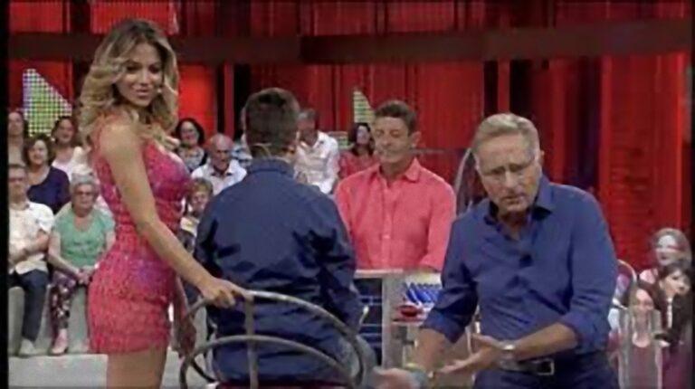 Paolo Bonolis, protagonista di Avanti un altro esce di seno: il costume non riesce a contenere le sue grazie [FOTO]