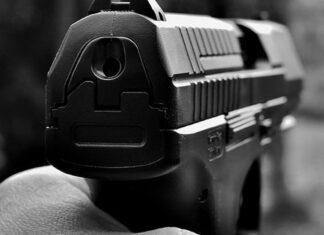 Smartphone confuso con pistola