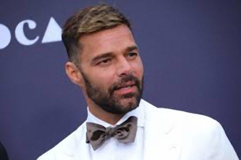 Ricky Martin alza la temperatura, lo strano vizio prima di andare a letto: 'In doccia adoro fare…'