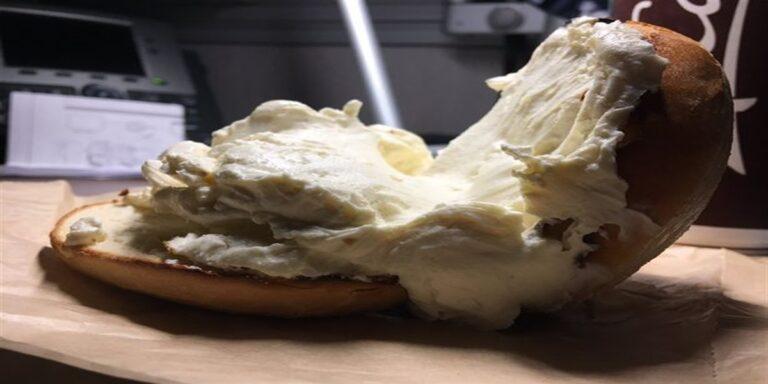 Bagel McDonald's farcito più del dovuto: il risultato è disgustoso