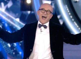Alfonso Signorini criticato da un telespettatore per la polemica sul rosario