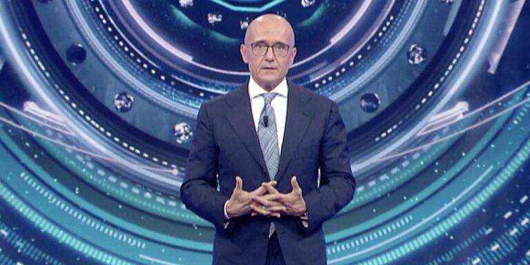Alfonso Signorini alla guida di tre programmi? Il conduttore parla di fake news ma…