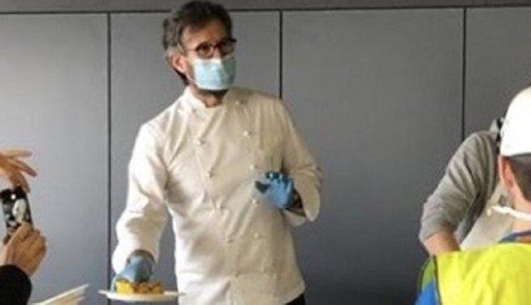 Carlo Cracco scende in campo contro il coronavirus, cucina in ospedale da campo a Milano