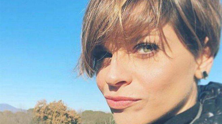 """Alessandra Amoroso, gaffe con Emma Marrone: """"Uscita dal bagno"""""""