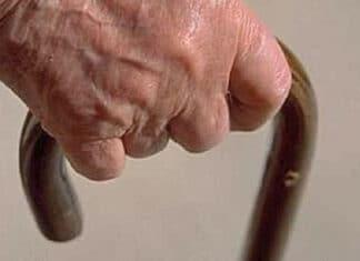 Anziano con bastone