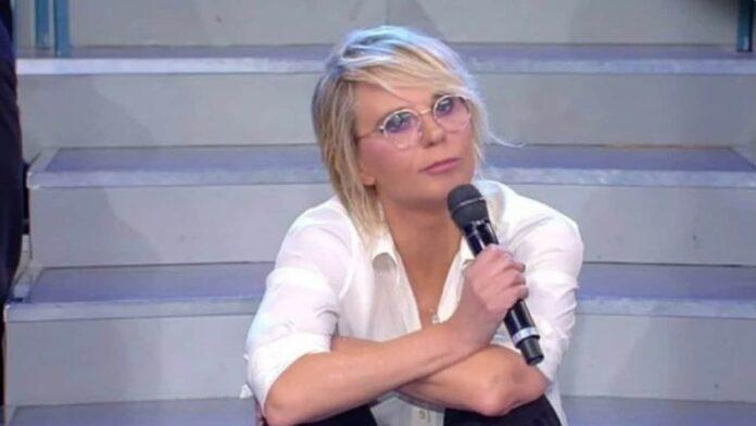 Uomini e Donne, Maria De Filippi sospende le puntate: la conduttrice è solidale verso Paolo Bonolis