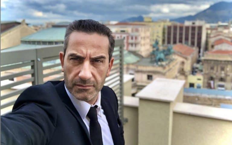 Matteo Viviani replica duramente all'hater che ha insultato la mamma