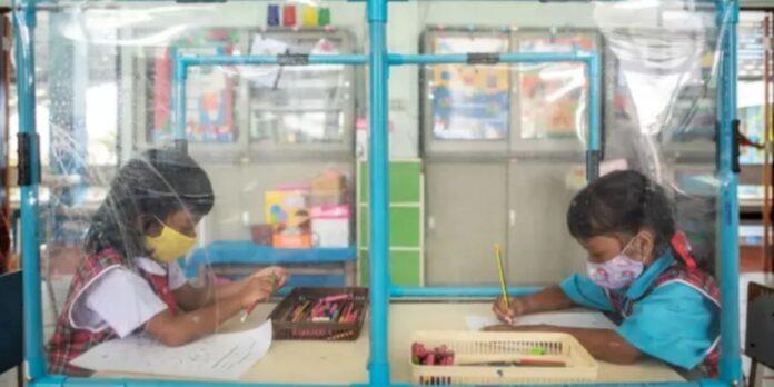 pannelli divisori tra i banchi delle scuole