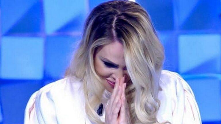 """Ilary Blasi gaffe a Verissimo: """"Me lo faccio un clistere?"""" Silvia Toffanin in imbarazzo (VIDEO)"""