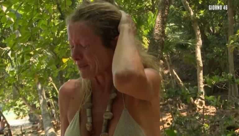 Isola dei Famosi, Angela Melillo portata via d'urgenza: gli altri naufraghi pronti a tradirla