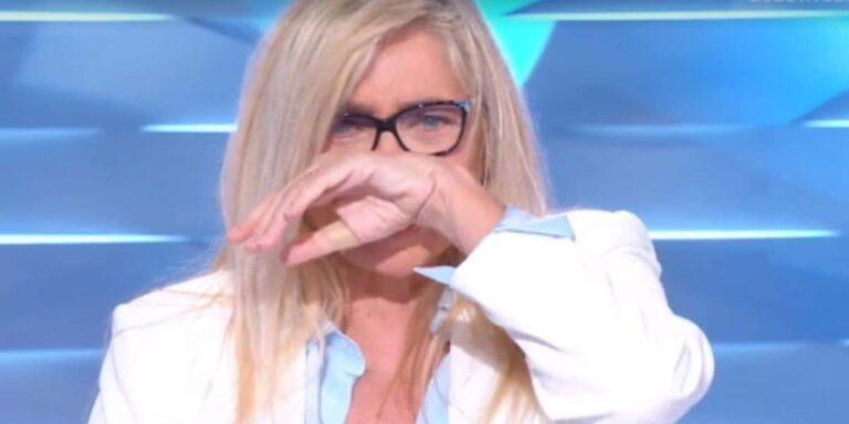 Mara Venier torna a Domenica In dopo i problemi di salute e scoppia in lacrime: la regia costretta a intervenire (VIDEO)
