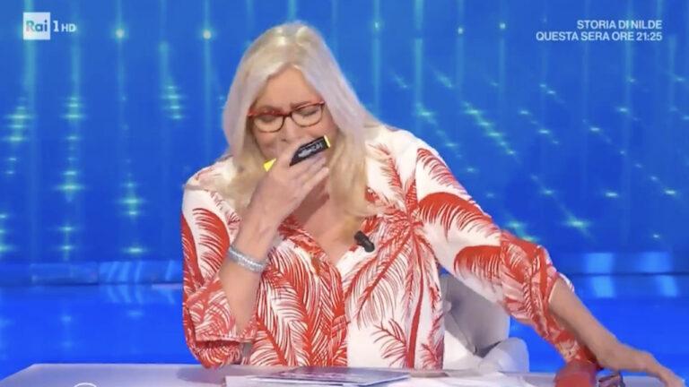 """Mara Venier torna in onda e scoppia in lacrime: """"Grazie, non sono giorni facili per me"""" (VIDEO)"""