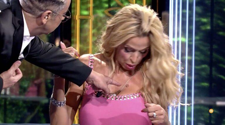 """Supervivientes, il conduttore umilia in diretta Valeria Marini: """"Hai una verruca qui?"""""""